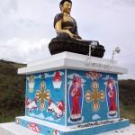小高い丘の上にある仏像。近寄るとちゃちだった。