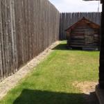 高い塀に囲まれた独房のような小屋もある